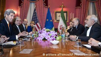 Политики, сидящие за столом переговоров