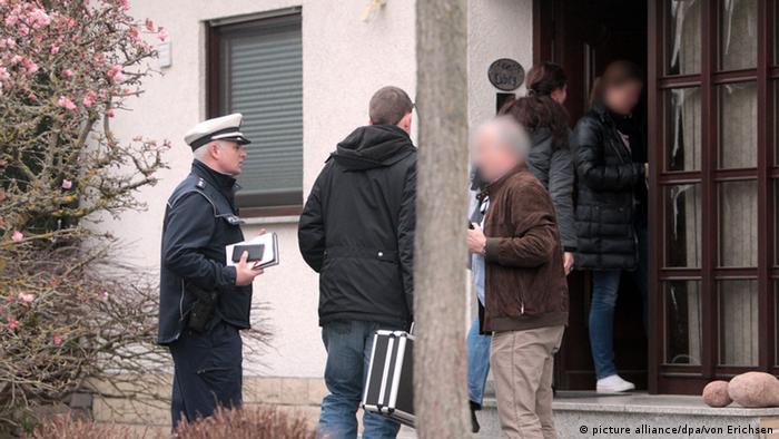Polizisten betreten ein Haus in Montabaur (Foto: dpa)