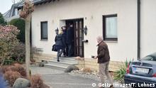 Bildunterschrift:MONTABAUR, GERMANY - MARCH 26: Police stand in front of the residence of the parents of Andreas Lubitz, co-pilot on Germanwings flight 4U9525, on March 26, 2015 in Montabaur, Germany. French authorities confirmed that Lubitz was alone in the cockpit during the rapid descent of flight 4U9525 until it crashed into mountains in southern France two days ago, killing all 150 people on board. Authorities are pursuing the possibility that Lubitz might have acted deliberately in steering the aircraft to its destruction. (Photo by Thomas Lohnes/Getty Images)