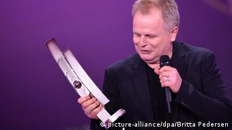 Echo 2015 - Verleihung Grönemeyer mit dem Preis in der hand (Foto: dpa)
