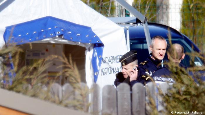 Следователи и полицейские неподалеку от места трагедии