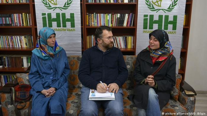 Antonie Chrastecka (L) and Hana Humpalova (R) with Izzet Sahin from IHH (C) Ozkan Bilgin / Anadolu Agency