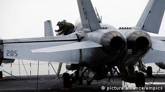 USS Theodore Roosevelt uçak gemisinde bir F-18 savaş uçağı