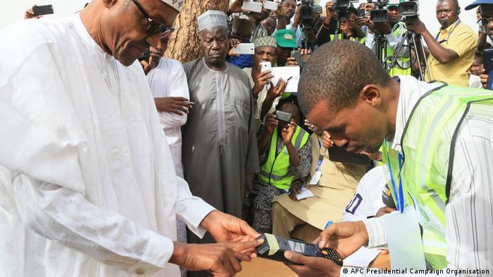 Muhammadu Buhari lässt sich für die Stimmabgabe akkreditieren