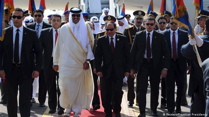 السيسي وتميم خلال القمة العربية بالقاهرة - أرشيفية