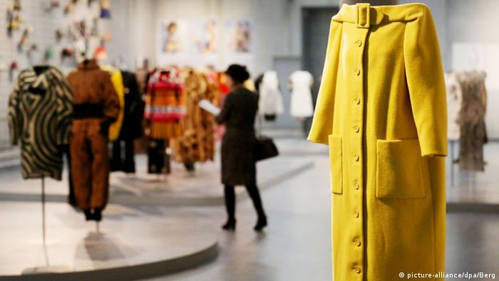 A woolen coat based on a 1954 design by Karl Lagerfeld in a 2015 exhibition (picture-alliance/dpa/Berg)