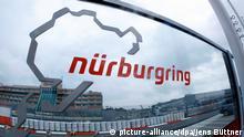 ARCHIV - Eine Glasscheibe mit dem Logo der Rennstrecke Nürburgring steht am 20.07.2011 an der Zufahrt zur Rennstrecke Nürburgring. Foto: Roland Weihrauch/dpa (zu dpa «Nürburgring: Kein Formel-1-Rennen in diesem Jahr» vom 19.03.2015) +++(c) dpa - Bildfunk+++