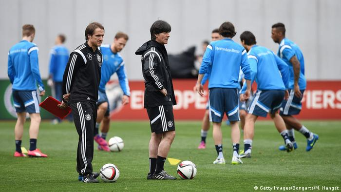 Bundestrainer Joachim Löw (r.) und sein Assistent Thomas Schneider (l.) beobachten die Nationalspieler beim Training in Tiflis (Foto: Matthias Hangst/Bongarts/Getty Images)