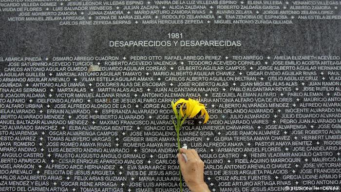 Una placa con los nombres de cientos de personas recuerda a los más de 8.000 desaparecidos durante la guerra civil en El Salvador (archivo).