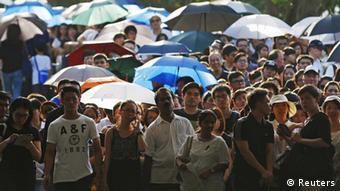 People queue up to pay their respects to the late first prime minister Lee Kuan Yew