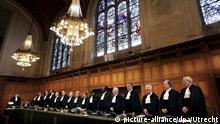 ARCHIV - Richter stehen am 22.01.2008 im Internationalen Gerichtshof in Den Haag, Niederlande. Photo: EPA/ROBIN UTRECHT (zu dpa Korr-Bericht Der Schneeball rollt: Israel droht Prozess vor Weltstrafgericht vom 27.03.2015) +++(c) dpa - Bildfunk+++