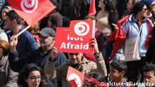 29.03.2015 *** epa04685185 Tunisian people wave the national flag during a march to denounce terrorism, in Tunis, Tunisia, 29 March 2015. Thousands of Tunisians took part in a march in the capital Tunis to denounce terrorism, more than a week after an attack on the national museum left 20 foreign visitors dead. The marchers, waving the national flag, started their rally from central Tunis heading to the Bardo Museum where the March 18 attack occurred. EPA/STR +++(c) dpa - Bildfunk+++