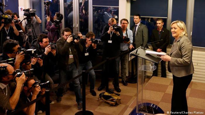 Председатель Национального фронта Марин Ле Пен выступает перед журналистами