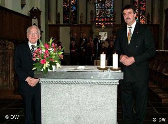Urban Thelen i Władysław Pisarek w Kościele Niepokalanego Poczęcia przy ołtarzu z relikwiami świętego Wojciecha.