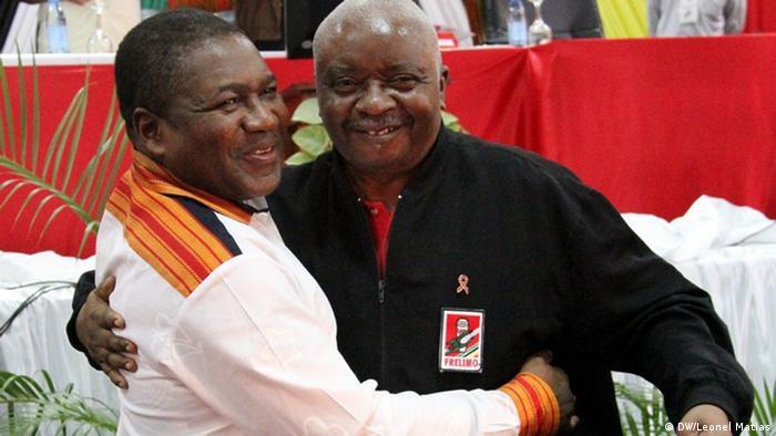As consequências dos investimentos públicos feitos durante os mandatos de Armando Guebuza (direita) recaem agora sobre o atual Presidente, Filipe Nyusi (esquerda)