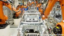 ARCHIV - Roboter der deutschen Firma Kuka arbeiten am 25.02.2013 im VW-Werk in Wolfsburg (Niedersachsen) an einer Produktionsstraße. Am 25.03.2015 präsentiert das Unternehmen die Zahlen für 2014. Foto: Foto: Julian Stratenschulte/dpa +++(c) dpa - Bildfunk+++