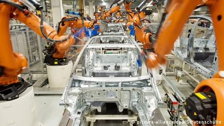 Robôs em linha de montagem da Volks