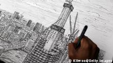 Bildunterschrift:LONDON, ENGLAND - OCTOBER 15: London based artist Stephen Wiltshire puts the finishing touches to a drawing of the nearly completed 'Shard' site near Guy's Hospital, on October 15, 2010 in London, England. Stephen, who is autistic, completed the picture largely from memory having observed the site only briefly. The drawing will hang amongst others at the Hays Galleria as part of the 'Make Your Mark on the Future', a special 'Big Draw' weekend, launched by Mayor of London, Boris Johnson on October 22, 2010. (Photo by Dan Kitwood/Getty Images)