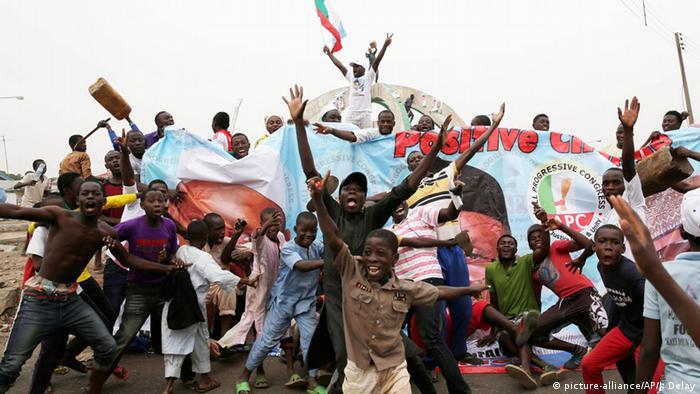 Anhänger des Kandidaten Buhari bejubeln in Kaduna seinen Wahlsieg (Foto: AP)