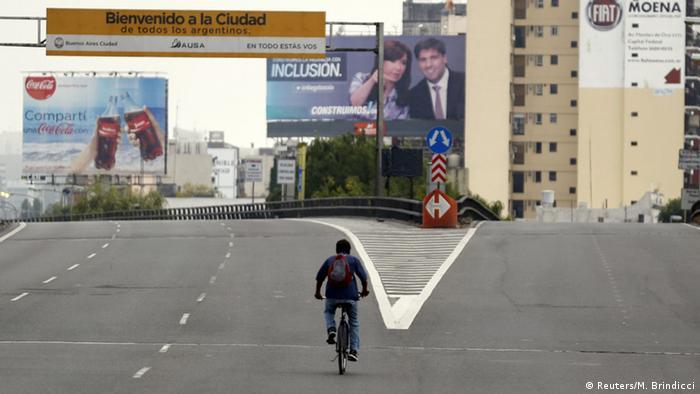 Ein einsamer Radfahrer auf einer breiten Straße in Buenos Aires(Foto: Reuters)