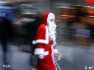 Ein Weihnachtsmann vor verschwommenem Hintergrund