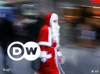 Kurz vor Weihnachten sind die Städte voll von Menschen, die noch auf den letzten Drücker ein Präsent für Weihnachten brauchen. Dem Weihnachtsmann geht es da nicht anders: Auch er ist noch auf der Suche nach Geschenken - und ständig in Eile.