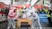 Protest gegen Fracking vor dem Bundeskanzleramt in Berlin