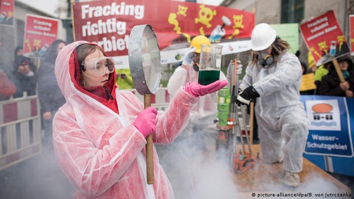 Fracking braucht man nicht ausprobieren: Protest von Umweltschützern vor dem Kanzleramt