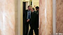 Titel: Atomverhandlung Bildbeschreibung: Das Ender der 7. Tag der Verhandlungen. Ali Akbar Salehi, verlässt Verhandlungen Stichwörter: Iran, Atom, Atomverhandlung, Ali Akbar Salehi Quelle: ISNA Lizenz: Frei