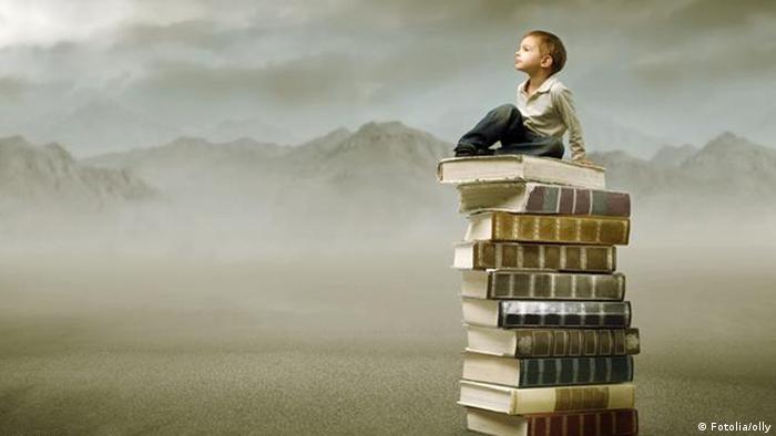 Symbolbild Kind Lesen Bücher Stapel (Fotolia/olly)