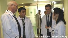Lars-André Richter (rechts), Landesvertreter der Friedrich-Naumann-Stiftung in Südkorea bei einem Besuch in Nordkorea im März 2015. Der Herr mit den grauen Haaren ist Manfred Richter, Schatzmeister der FDP. Copyright: Friedrich-Naumann-Stiftung