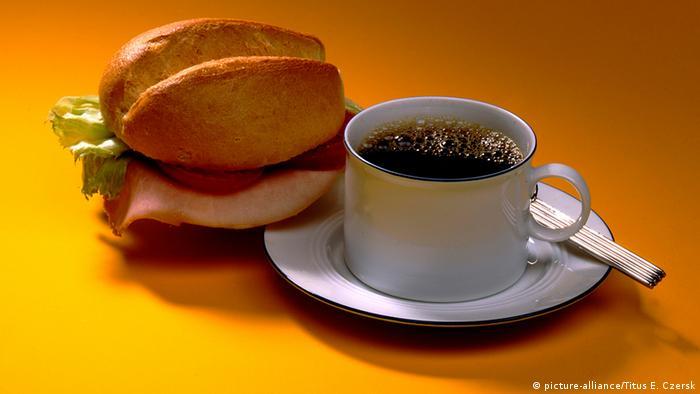 Deutschland Lebensmittel belegtes Brötchen und Kaffee