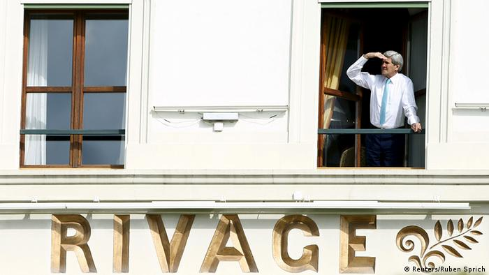 US-Außenminister John Kerry am Hotelfenster (Foto: Reuters)