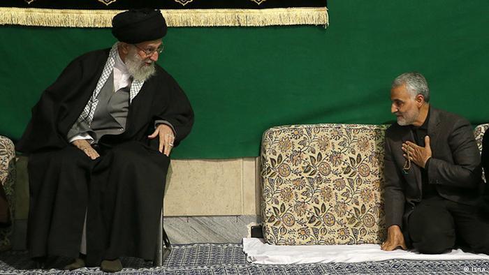 الجنرال قاسم سليماني بجانب المرشد الأعلى للثورة الإيرانية علي خامنئي