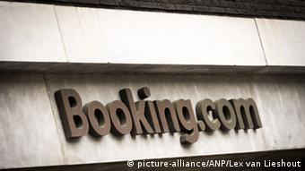 Вывеска на здании Booking.com в Амстедаме