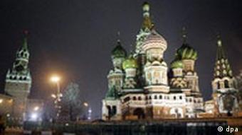 Die Basilius-Kathedrale (r.) und der Spasski-Turm (l.) des Kreml am Roten Platz in Moskau. (Foto: dpa)