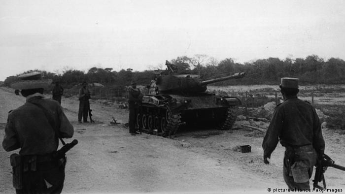 Tanque de guerra e soldados