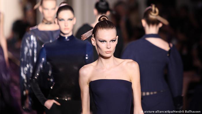 Ein magersüchtiges Model auf dem Laufsteg bei einer Versace-Vorführung in Paris 2014
