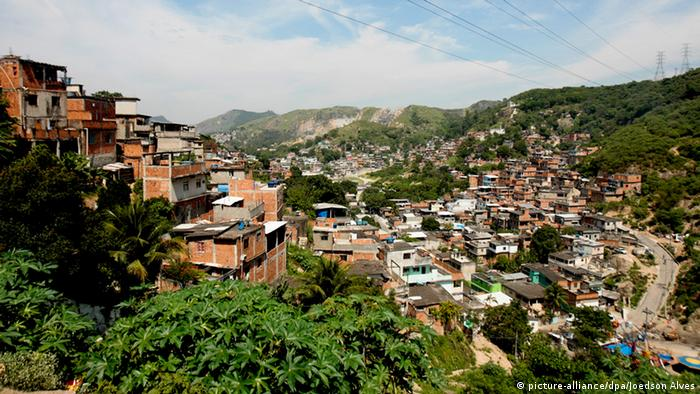 Favela in Rio de Janeiro, copyright: picture-alliance/dpa/Joedson Alves