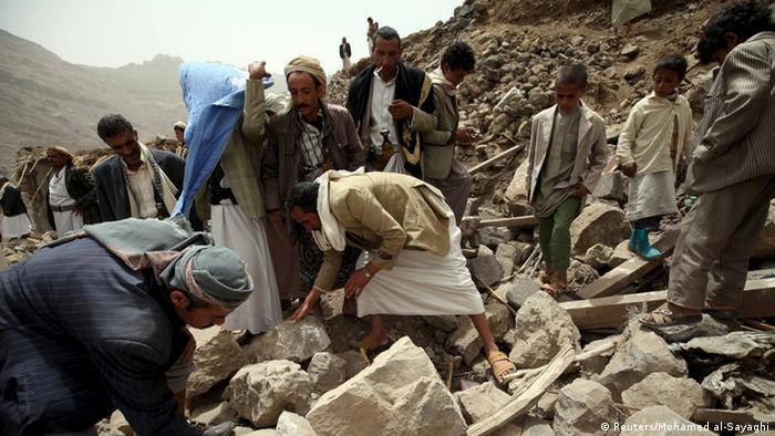 Suche nach Überlebenden nach einem Luftangriff in Okash Nähe Sanaa Jemen