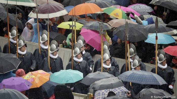 Die Schweizer Garde marschiert auf den Petersplatz (Foto: Reuters/Max Rossi)