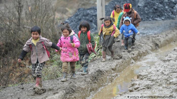 China Schulkinder Kinder Matsch Schlamm Weg