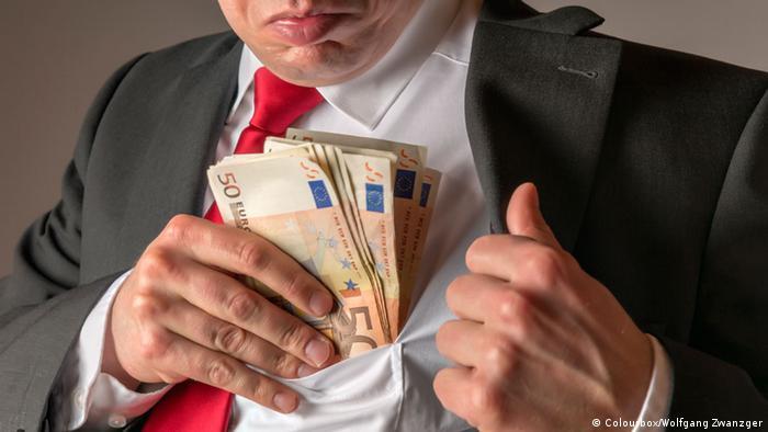 Мужчина прячет крупную сумму в карман