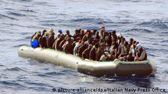 Нелегальные мигранты у берегов Италии