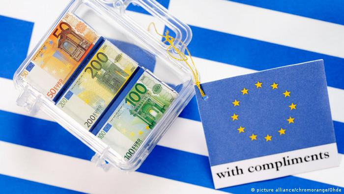 Euro banknotes on Greek flag (picture alliance/chromorange/Ohde)