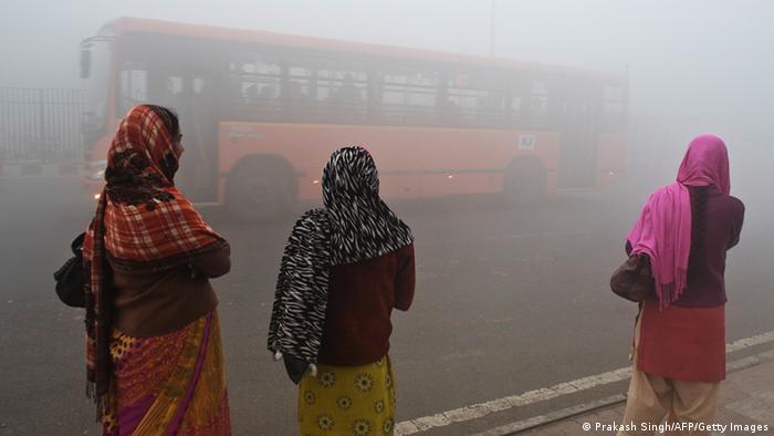 Mujeres en la India en una ciudad contaminada.