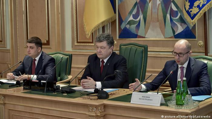 На засіданні Конституційної комісії України: спікер Володимир Гройман (л), президент Петро Порошенко (ц) та прем'єр Арсеній Яценюк (п)