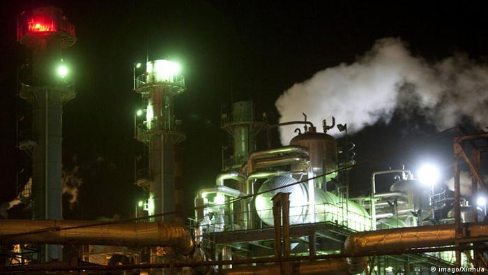 Der Sandsturm in Khuzestan hat massive Störungen in der Stromversorgung verursacht. Mit weitreichenden Folgen: Die Ölindustrie in Khuzestan wurde zeitweise lahmgelegt. Dort werden Täglich 750.000 Fass Öl gefördert. Der Staatshaushalt des Landes beruht zum großen Teil auf Öleinnahmen. Deshalb warnte ein Parlamentsabgeordneter aus Khuzestan vor einer nationalen Krise.