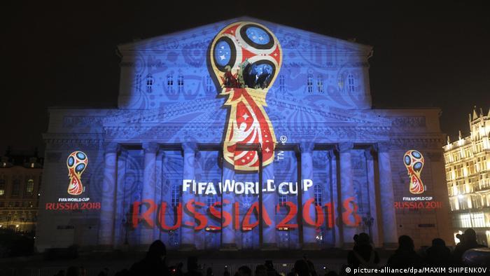 Эмблема чемпионата мира 2018 года на здании Большого театра в Москве