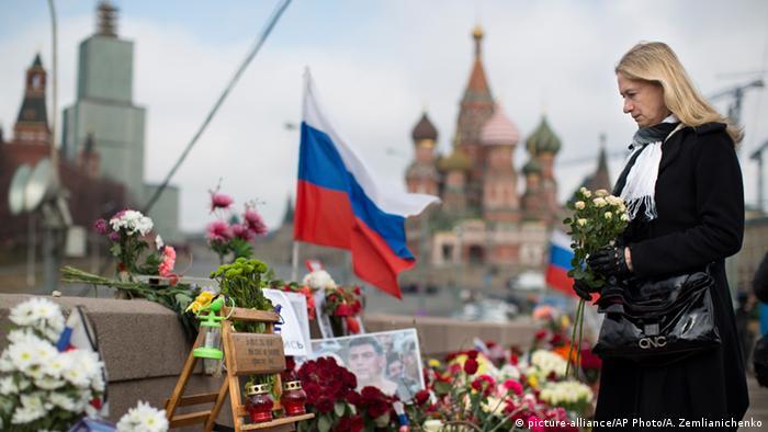 Женщина с цветами на месте убийства Бориса Немцова возле Кремля